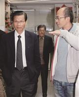 翁啟惠(左一)於演講會後參訪化學系教學設備時,由系上教授徐秀福(右一)詳細解說。(攝影/鄧翔)