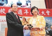 校長(右)張家宜頒發第25屆金鷹獎給傑出校友董延齡(左)。
