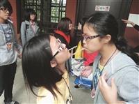 員林高中同學在本校校園內進行遊戲,增添校內熱鬧氣氛。(圖/招生組提供)