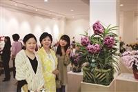 蘭花展上校長(中)張家宜與兩位北京理工大學在英文系交換學生合影。(圖/黃文智提供)