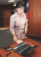行政會議首用電腦簽到