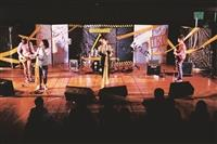 西音社在活動中心舉行成果發表,將舞臺「搬」到臺下,讓全場一起Rock。(圖/西音社提供)