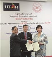 由馬來西亞高等教育部副部長何國忠(左二)見證,本校校長張家宜(右一)與拉曼大學校長蔡賢德(左一)簽訂學術交流協議書,締結為姊妹校。(圖/校服暨資發處提供)