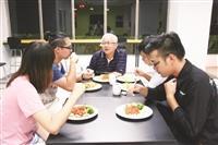 開心廚房啟用 林志鴻與學生共進晚餐