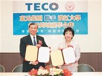 President Chang (R) and TECO Director Huang Mao-Hsiung (L) completing the Industry Collaboration Signing Ceremony on 14 June. (Photo Credit: Lu Yi-Feng)