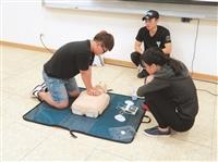 學員練習CPR