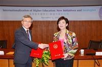 由校長張家宜(右)代表與日本電氣通信大學理事中野和司進行研究所國際共同研究計畫約本交換。(攝影/盧逸峰)