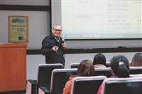 會計系之「會計實務講座」中,上月24日邀請教育部會計處處長黃永傳來校,為學生說明「前進國家會計人員之路與生涯規劃及就業競爭力」。(攝影/朱樂然)