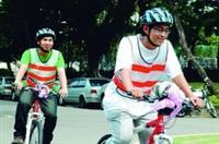 車隊成員開心地試騎腳踏車。(攝影�王文彥)