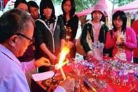 竹友會在文化週邀請師傅現場示範燒玻璃,成功為攤位吸引人潮。(圖�  嘉翔)