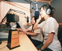 大傳三張佳宇(右一)和資圖三楊佩諭(右二)獲頒教育電台金聲獎非商品廣告獎。(攝影�黃士航)