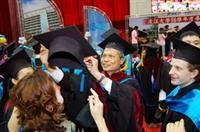 畢業生開心接受歐研所所長鄒忠科撥穗。其他畢業生也排隊接受撥穗儀式,迫不及待步入人生的另一段旅程。(圖�陳振堂)