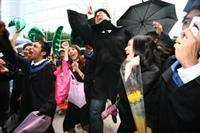 「畢業係金a…………!」畢業生們聲嘶力竭的吶喊,慶祝這大學生活中,最後、最璀璨的一天。(圖�王家宜)