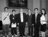 未來所所長陳瑞貴(右三)率領學生一行人參加未來學年會,高興地與美國未來學會主席Tim Mack(左三)合照。(照片�未來所提供)