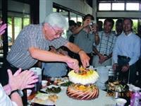 數學系系友特地返校為系上教授楊國勝(中間切蛋糕者)慶生,現場溫馨感人(圖�數學系提供)