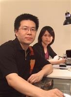 建築系系友方菀莉(右)、呂欣侃(左)日前參加國際設計競賽,以《撫平創傷》自267件參賽作品脫穎而出,奪得國際首獎。(照片�提供)