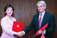 校長張家宜與匈牙利科維努思大學校長(右)簽訂學術合作交流協議書。(攝影�馮文星)
