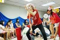 戲劇成果發表是研習營的重頭戲,各國學生帶來象徵國家文化的特色文物,藉由中國春聯等物件聯想故事,串成小短劇,且多組表演同時進行,新奇的演出方式讓現場觀眾目不轉睛。(圖�陳振堂)