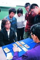 星相社於寒假期間,提供塔羅牌算命服務,吸引許多同學前往參加。(攝影�劉瀚之)