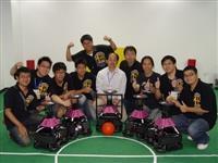 本校由電機系系主任翁慶昌(左五)所指導的足球機器人研發團隊,以優異的研發與創新能力,全新開發的「視覺全自主機器人」參與「2008年FIRA世界盃機器人足球賽」,今年第四度奪冠。(圖�電機系提供)
