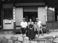 曾信華(左二)在韓國結交不少好友,假日結伴到民俗村玩,穿著韓國傳統服飾合影留念。(圖�曾信華提供)