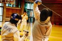 本校西洋劍社日前參加「第三屆海洋盃校際擊劍邀請賽」,與各方好手比武,賽況激烈,最後勇奪男子軍刀項目金牌,及女子組鈍劍項目銅牌。(圖�西洋劍社提供)