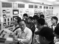 研發長康尚文及機電系講座教授孫國華於去年11月帶領同學,前往台電核一廠,參觀控制室模擬器,由廠長陳台裕親自接待參訪同學,圖為台電核一廠資深講師為同學講解模擬器系統。(圖�機電系提供)