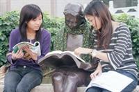 本校上週於圖書館前方放置「閱讀的少女」銅雕,吸引許多同學圍觀,爭相恐後地搶著「試坐」在雕像身旁,並很自然地「有樣學樣」拿起書猛K。上週天氣乍暖還寒,2位女學生為雕像圍上圍巾,並調皮地把書本放在雕像上,隔著雕像互相討論書本內容,乍看之下,雕像彷彿「活」了起來,讓人不覺莞爾。(圖文�  嘉翔)