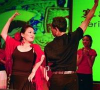 西語系副教授宋麗玲(左)表演西班牙舞,舞藝精湛。