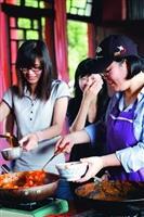 哪位老師這麼辛勤!準備了一大袋一大袋的高麗菜和甜不辣,又切了20顆洋蔥、蒸了100顆蛋?教授韓文課的日文系助理教授趙太順,期中考後都會讓同學體驗韓國美食,上週四(1日)她煮了六大鍋的辣炒年糕與同學們分享,紅紅QQ的年糕,同學們一口一口往嘴裡送,讚不絕口。
