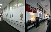 左圖為教務處的中間通道,繪有十八銅人陣,勉勵淡江人接受考驗。右圖為教務處櫃台,以黑、紅、金三色為元素,並添加西式風格的設計,傳統中見新潮,此即教務處空間美化的主題。(圖涂嘉翔)