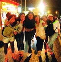 華裔團團員在墾丁大街,樂逛夜市!(圖�成教部)
