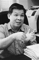 化學系教授李世元說話總是帶著手勢,他與台大研究團隊合作,找出的化合物台大病毒崩,可崩解流感病毒。(圖�王文彥)