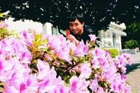 校園裡櫻花已經盛開,杜鵑也陸續開放。(攝影�曾煥元)