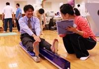亞洲所所長胡慶山參加體育諮詢,了解體能情況,再選擇適當的運動項目。(攝影�陳怡菁)