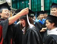師長為畢業生撥穗,象徵他們已學有所成,即將展翅高飛。(攝影�曾煥元)