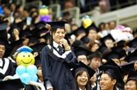 唸到名字的得獎人紛紛起立,接受全校師長的表揚與祝福,求學時期的努力獲得肯定,喜悅全寫在臉上,得獎的畢業生不禁喜滋滋地笑了出來。(圖�陳振堂)