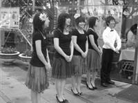 本校一年一度的女教職員聯誼會,舉辦美食活動,由西語系學生以佛朗明哥舞的服裝介紹西班牙美食。(圖�西班牙語文學系提供)