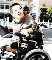 自由空間教育基金會董事長唐峰正親自體驗淡水校園之無障礙空間。(黃士航攝)