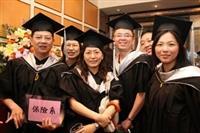 畢業了!在淡江的求學時光畫下圓滿句點,新的人生旅途即將展開,畢業生們滿載所學的知識,對未來信心滿滿。(圖�王家宜)