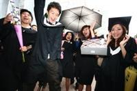 「耶!畢業了。」課外組為畢業生量身舉辦的「畢業快閃」,讓大家玩得不亦樂乎。(圖�王家宜)