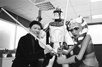 頑皮地抄起一把象徵正義的綠色光劍,與星際大戰中的角色們英勇合影。曹仲弘,是動畫界的絕地武士,他要用台灣人的情感與意志,面對浩瀚無垠的文創挑戰。(圖�陳貝宇)