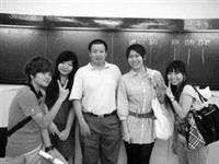 國貿四林貞瑜(左二)上學期以交換生身分前往環境優美的廈門大學(右圖)學習,在廈大國際經濟與貿易學系系主任鄭甘澍(中)的協助下迅速融入當地生活。(圖�林貞瑜提供)