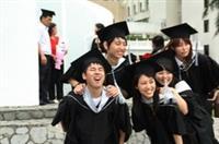 許多畢業生在校園內拍照留念,抓住在校園裡最後的美好時光。(攝影�洪翎凱、林奕宏、張豪展)