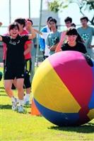 「滾球樂」趣味十足,參賽者追著球跑。(攝影�林奕宏)