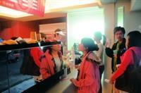 海音咖啡館上週試賣,吸引許多想嚐鮮的師生前往購買。(攝影�洪翎凱)