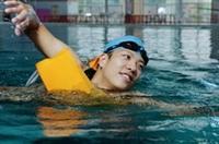 水上救生社社員以助人為樂,勤於學習水上救生技巧。