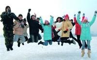 淡江生在南湖中央,瘋滑冰!(圖�程文政提供)
