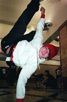 這群熱愛跳極限舞蹈的b-boy,總是在游泳館大廳練到閉館。