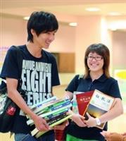 學生事務處課外活動輔導組主辦的「二手教科書回收再利用」於上週三(17日)圓滿落幕。同學反應熱絡,買得不亦樂乎。共募集6百多本書,最後賣出4百本。(文�余孟珊、攝影�王家宜)